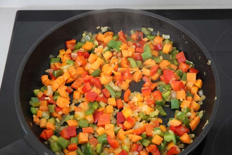 Añadir la zanahoria al pochado de verduras
