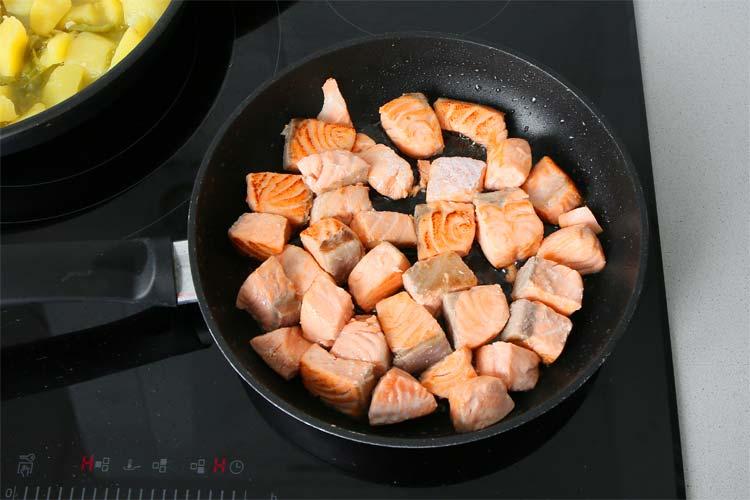 Cortar y marcar el salmón
