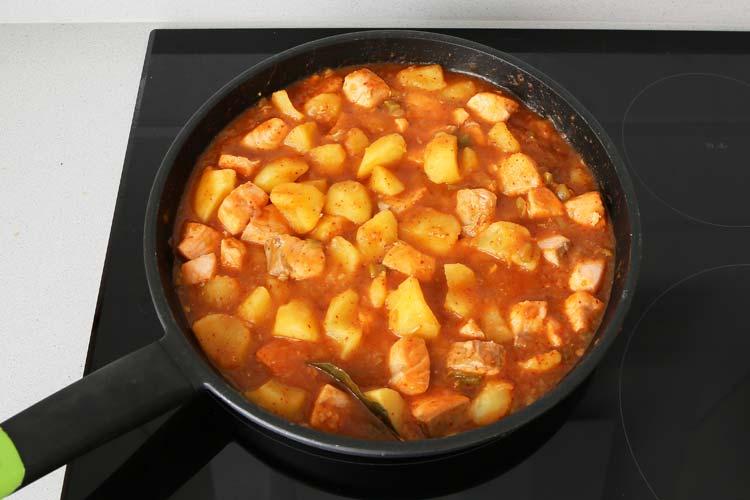 Añadir la carne de pimiento choricero y los trozos de salmón