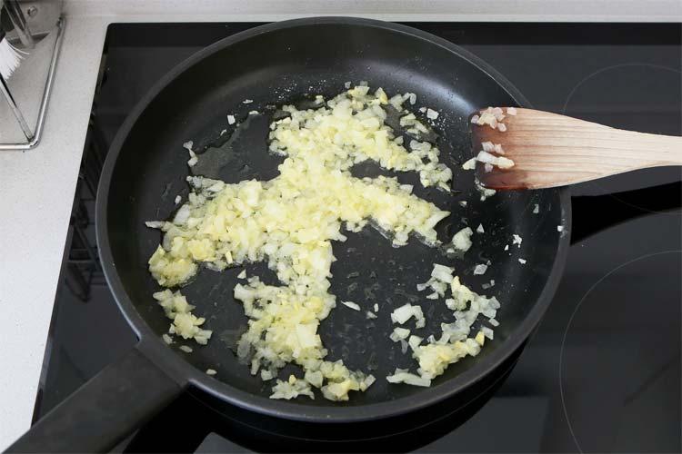 Sofreír ajo y cebolla picados