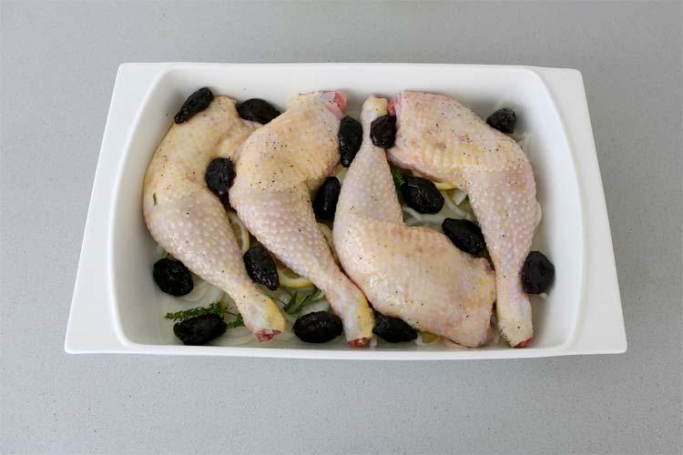 Coloca encima el pollo salpimentado