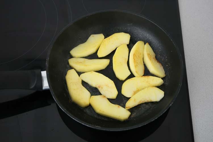 Saltear la manzana con la mantequilla