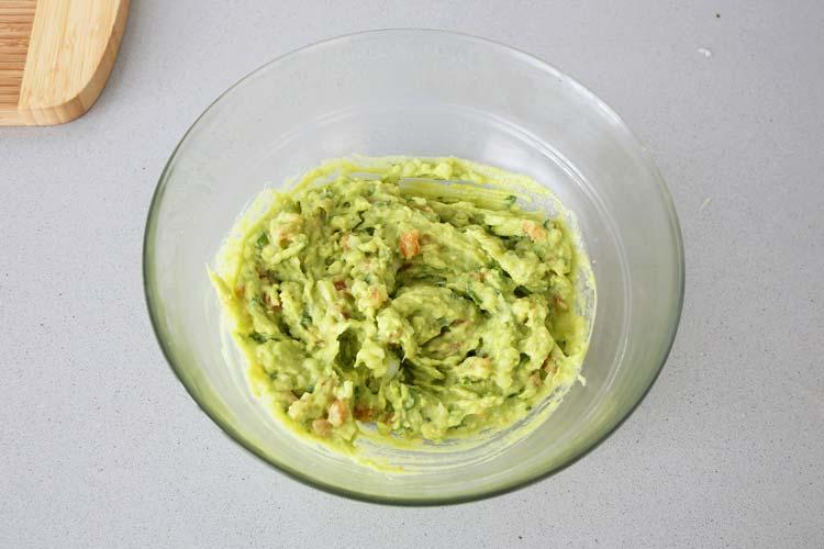 Mezclar bien todos los ingredientes del guacamole