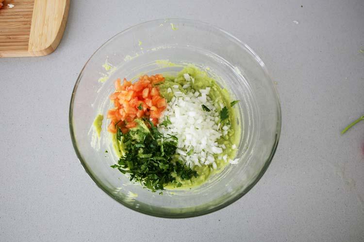 Mezclar los ingredientes del guacamole