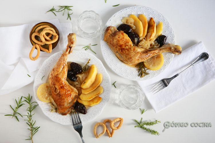 Pollo al horno con manzanas y ciruelas