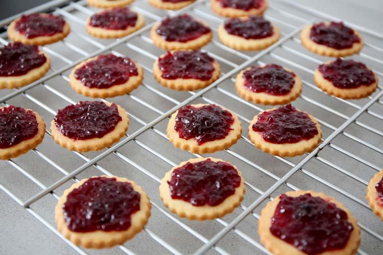 Rellenar las galletas con mermelada