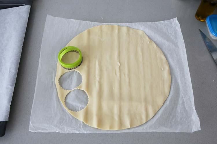 Corta la masa de hojaldre con un cortapastas