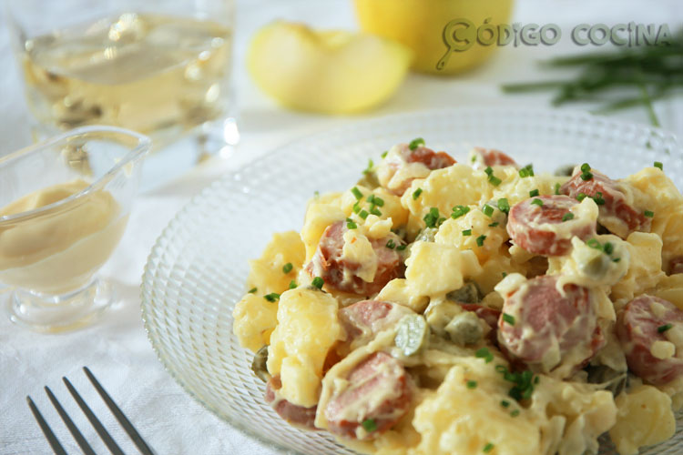 Ensalada alemana con patatas y salchichas