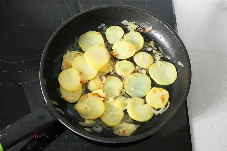 Prepara la guarnición de patatas
