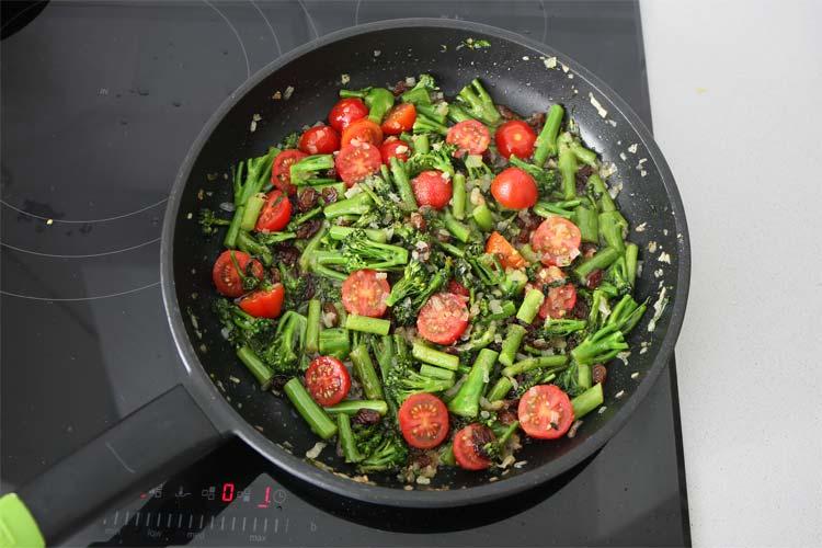 Añadir los tomates cherry