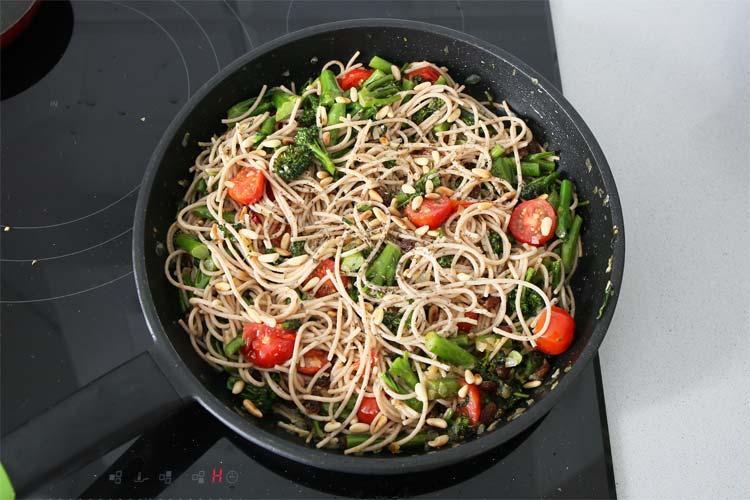 Incorporar los espaguetis cocidos, saltear ligeramente