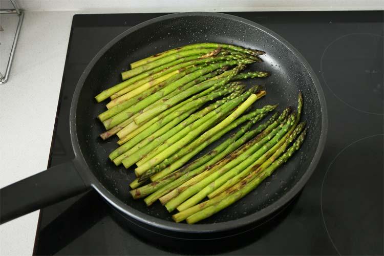 Cocinar los espárragos verdes a la plancha