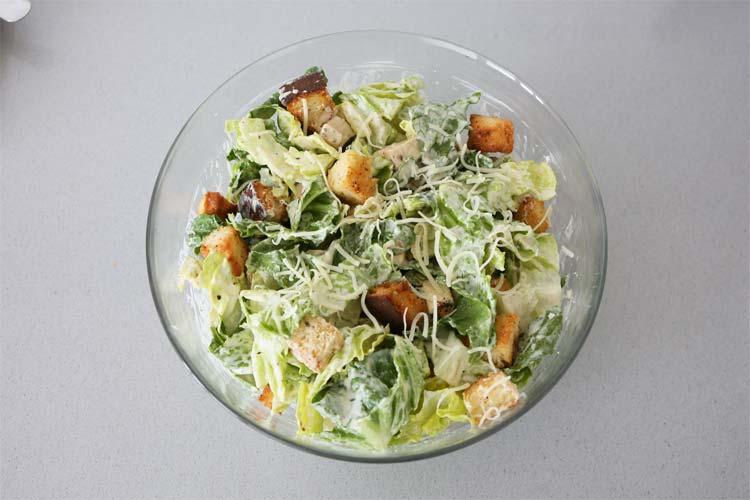 aliñar la ensalada césar