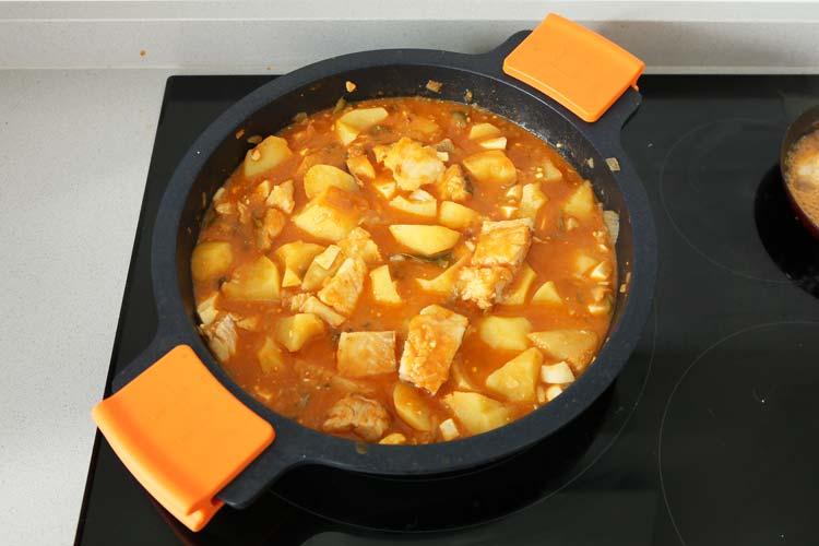 Añadir el bacalao y el huevo duro picado al guiso de patatas