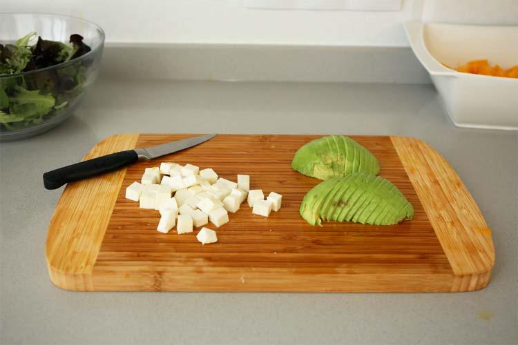 Cortar el queso y el aguacate