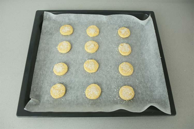 Dar forma a las galletas de coco con las manos.