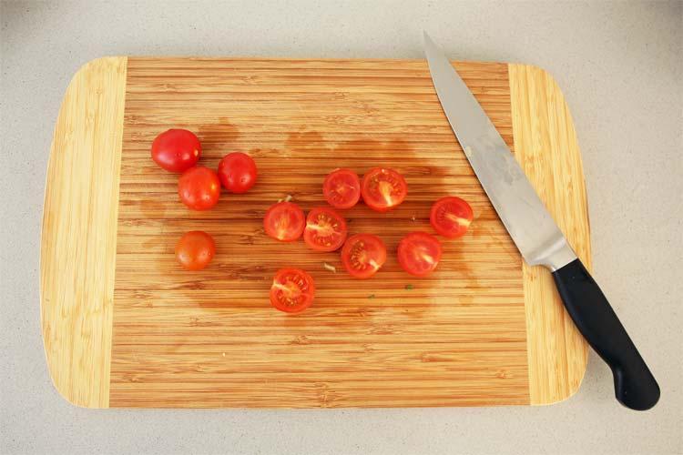 Partir los tomates cherry