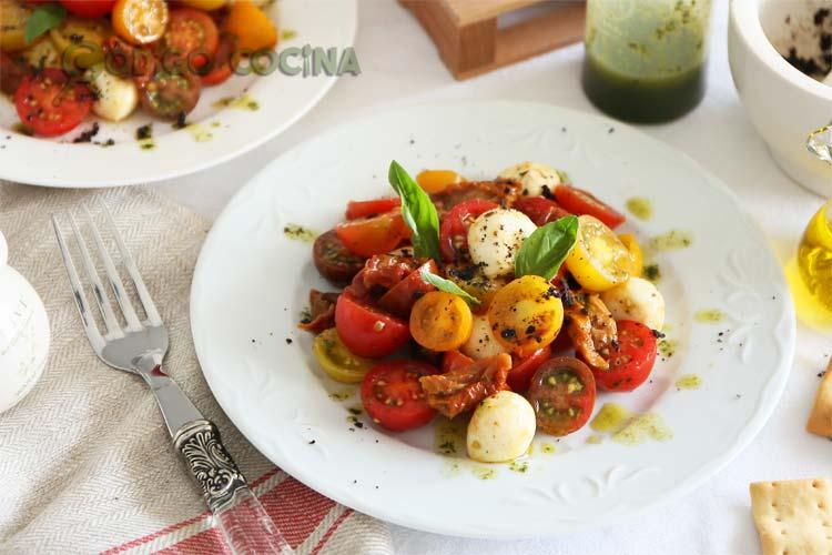 Ensalada de tomates cherry y queso mozzarella