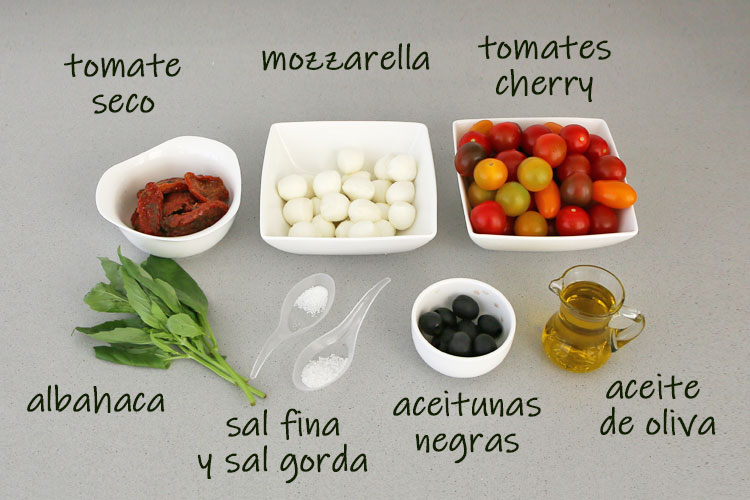 Ingredientes para hacer ensalada de tomates cherry, mozzarella y un toque de albahaca