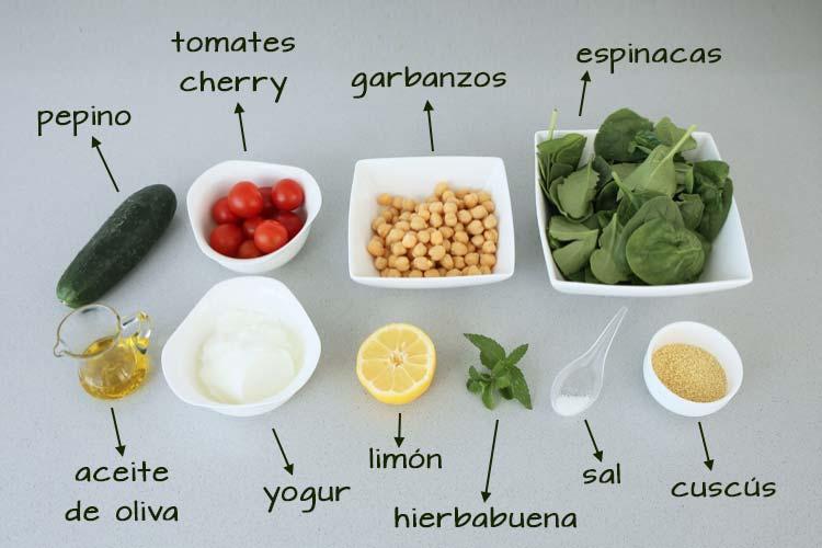 Ingredientes para hacer ensalada de garbanzos, espinacas y cuscús
