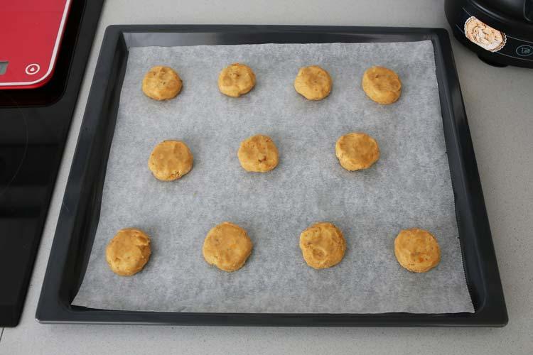 Hacer bolitas con la masa de galletas