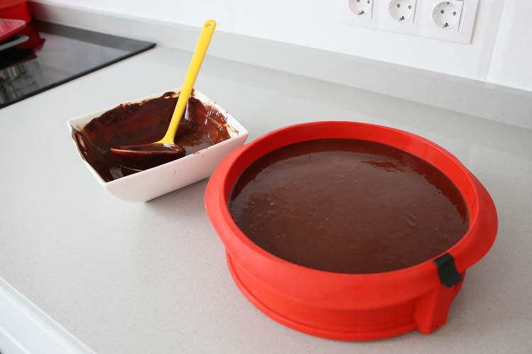 Dejar enfriar la tarta y cubrir con la ganache de chocolate