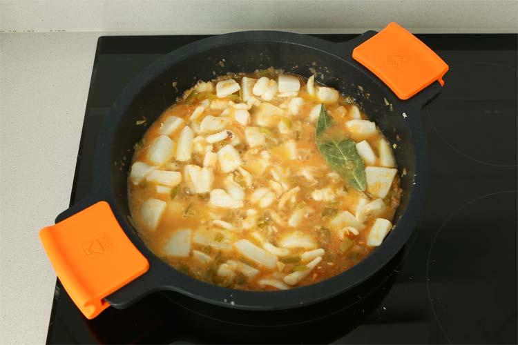 Añadir el choco cortado en trocitos, el caldo y el laurel