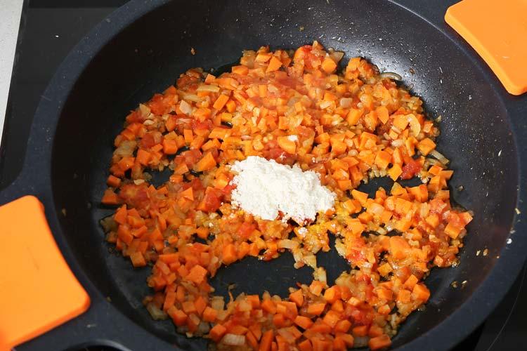Añadir la zanahoria y harina