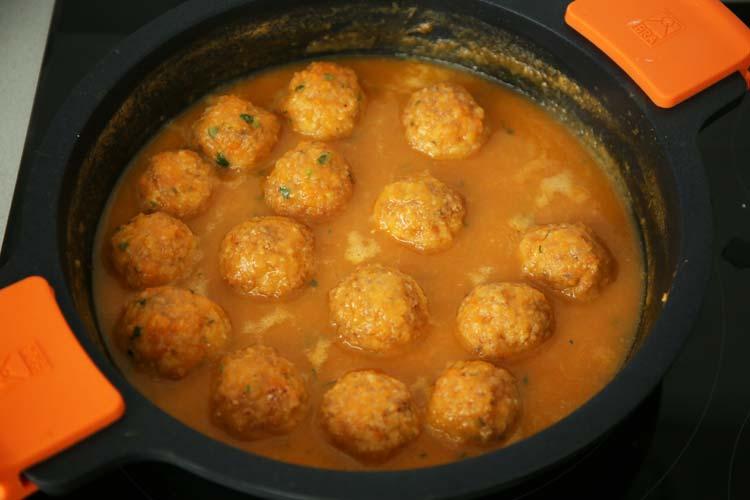 Introducir las albóndigas en la salsa