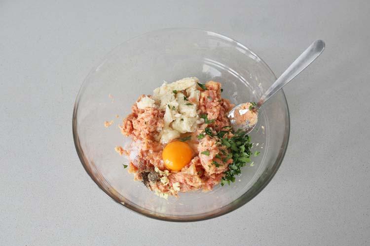 Mezclar los ingredientes de las albóndigas de pollo