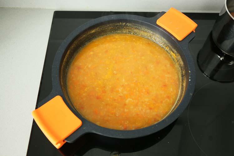Incorporar el caldo y reducir la salsa