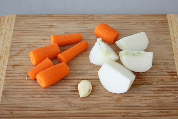Cortar la zanahoria y la cebolla