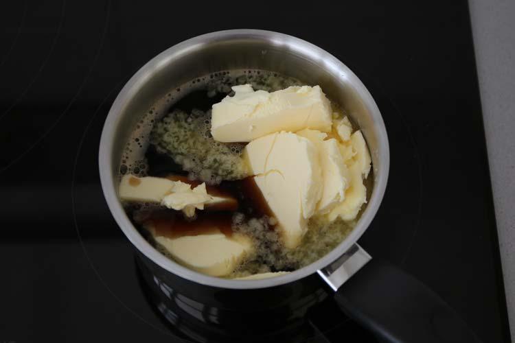 Calentar la cerveza y derretir la mantequilla