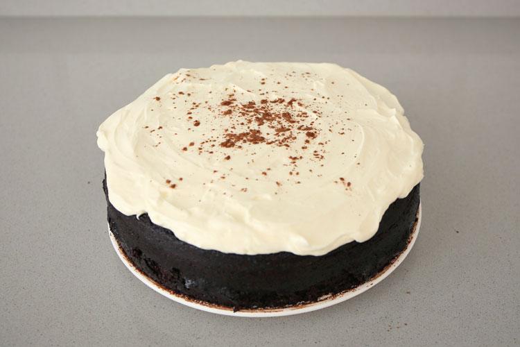 Cubrir la tarta con la crema de queso.