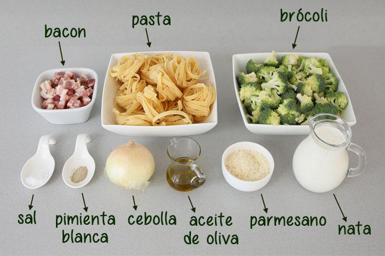 Ingredientes para hacer pasta con brócoli, bacon y nata