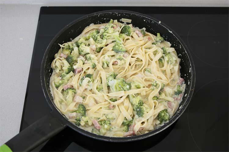 pasta salteada con brocoli y nata
