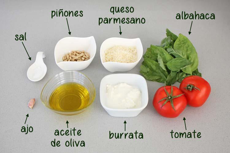 Ingredientes para hacer ensalada de tomate, burrata y pesto