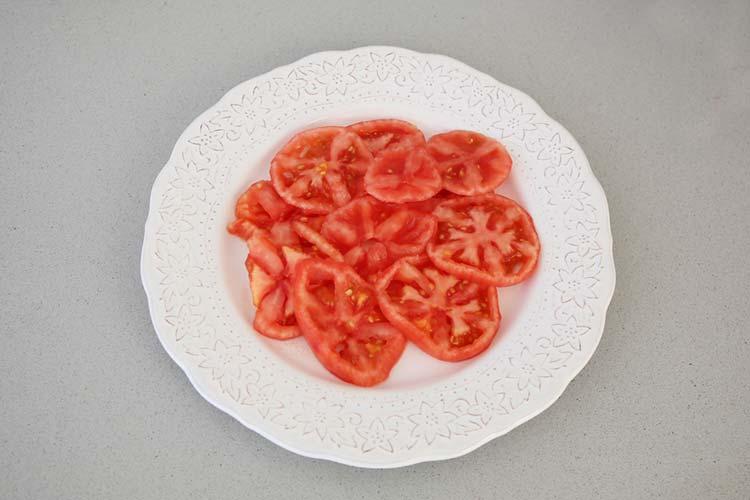 tomate cortado en rodajas finas