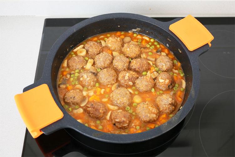 Incorporar las albóndigas a la salsa de verduras
