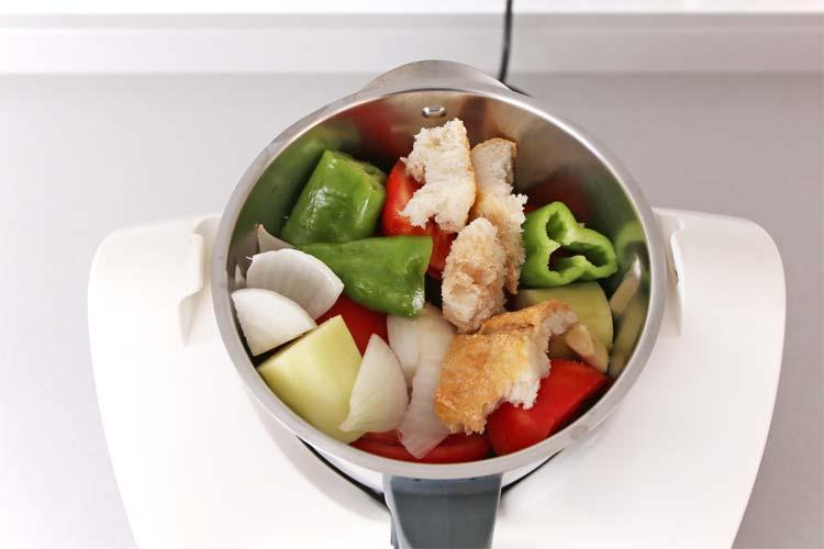 Colocar los ingredientes en el vaso de una batidora y robot de cocina