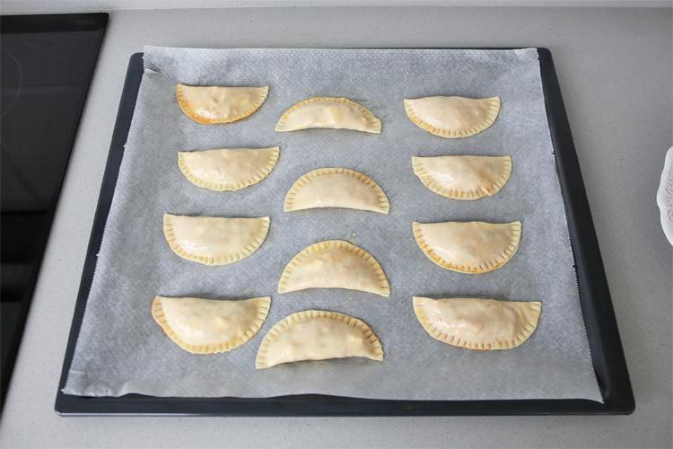 Colocar las empanadillas sobre la bandeja del horno y pintar con huevo