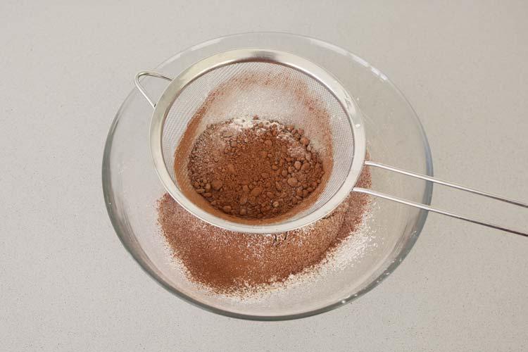 Tamizar el cacao junto con la harina