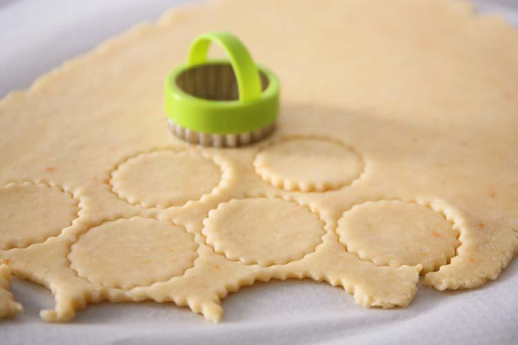 Cortar las galletas de queso