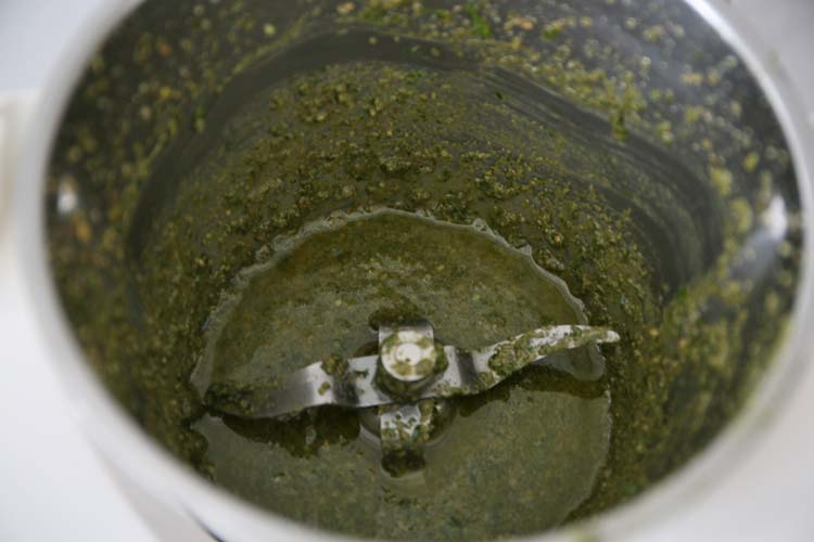 Añadir el aceite al pesto poco a poco