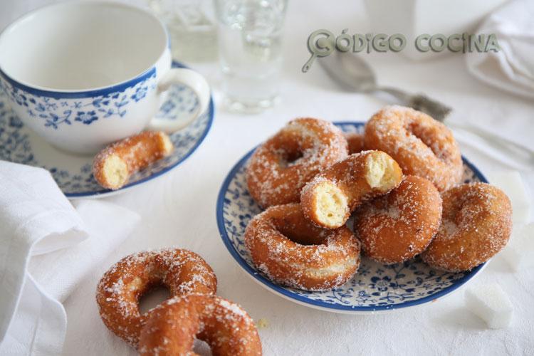 Rosquillas de anís con el interior tierno y esponjoso acompañadas de una taza de café.