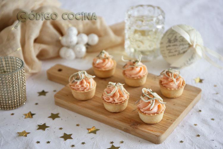 Tartaletas de mousse de salmón con gulas
