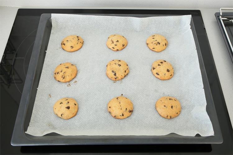 Hornear las cookies de plátano y chocolate