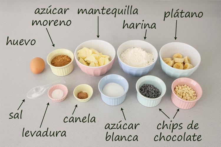 Ingredientes para hacer galletas de plátano con chips de chocolate
