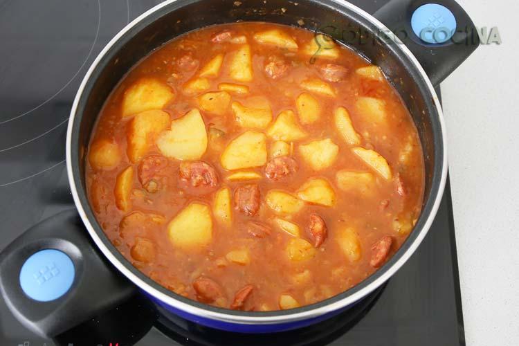 Cocinar hasta que las patatas a la riojana estén blandas