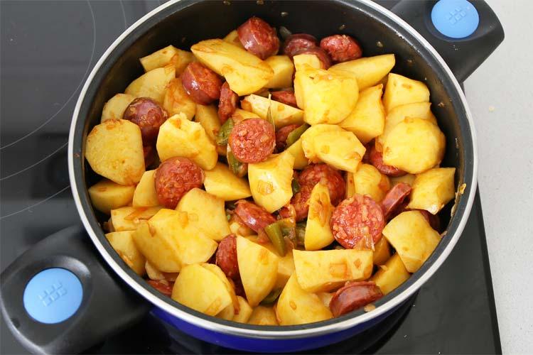 Añadir patatas al sofrito con chorizo
